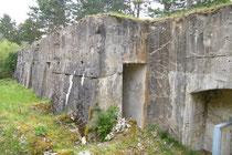 Schutzmauer - rechts die Latrine