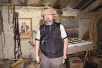 Oliver M. mit U.S.- Helm im Museum
