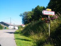 Am Fuße des Hügels liegt die gleichnamige Ortschaft