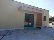 Hier nach dem Montieren der Holzvertäfelung an den Vordächern.