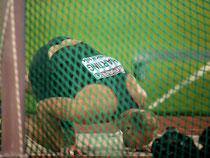 Nach seinem letzten Versuch küsst Robert Harting als Europameister den Ring. Foto: Bernd Thissen