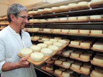 Käseproduktion zum Anfassen: Landwirt Helmut Rauscher prüft in seiner Käserei in Hohenstein-Ödenwaldstetten den reifenden Albkäs. Foto: Marc Herwig
