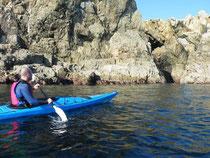 Felsformationen und Höhlen: Eine eindrucksvolle Kulisse begleitet die Kajakfahrer am Ufer des Fjords. Foto: Brigitte Geiselhart