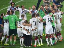 Noch auf dem Rasen tanzten die deutschen Weltmeister-Spieler. Foto: Thomas Eisenhuth