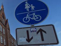 Radfahrer müssen auf einem kombinierten Fuß- und Radweg Rücksicht nehmen, vor allem auf Kinder und Ältere. Foto: Jens Büttner