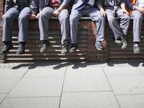 Auch mal die Beine baumeln lassen: Leiharbeiter haben die gleichen Rechte wie die Stammbelegschaft - das gilt auch bei den Pausen. Foto: Frank Rumpenhorst