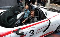 Tennisstrar Maria Sharapova und Porsche-Rennfahrer Mark Webber im Supersportwagen 918 Spyder