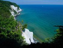 Die Steilküste des Nationalparks Jasmund bei Sassnitz auf der Insel Rügen: Die Kreidefelsen ragen teilweise bis 120 Meter empor. Foto: Stefan Sauer