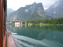 Ausflugsfahrt zum Start der Tour: Das Elektroboot schnurrt über den Königssee. Foto: Florian Sanktjohanser