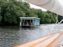 Ungewöhnliches Fortbewegungsmittel: Statt mit Booten können Hobbykapitäne in Brandenburg auch mit Flößen auf große Fahrt gehen. Foto: Bernd F. Meier