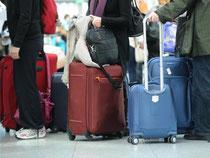 Die Hand immer am Koffer: Fluggäste müssen ihr Gepäck am Airport vor Dieben schützen. Foto: Tobias Hase