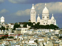 Wird es auf dem Vorplatz der Kirche Sacré-Coeur zu voll, lohnt ein Abstecher auf den westlichen Teil des Hügels von Montmartre mit seinen kleinen Häusern und überwucherten Fassaden. Foto: Paris Tourist Office/Jacques Lebar