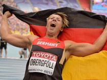 Überglücklich jubelt Christina Obergföll mit der deutschen Fahne über ihren Sieg. Foto: Bernd Thissen
