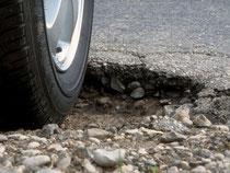 Besser langsam durch die Kuhle: Kann das Schlagloch nicht umfahren werden, sollten Autofahrer den Straßenschaden bei geringem Tempo hinter sich bringen. Foto: ADAC