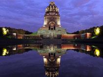 Das größte Denkmal Europas - über 90 Meter hoch ragt das Völkerschlachtdenkmal in den Himmel. Nicht nur nachts wirkt es wahlweise eindrucksvoll oder einschüchternd. Foto: Waltraud Grubitzsch