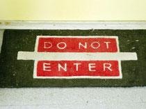 «Do not enter» - Nicht eintreten: In ihrer Wohnung haben Mieter das Hausrecht. Sie dürfen entscheiden, wer rein darf und wer nicht. Foto: Sebastian Kahnert