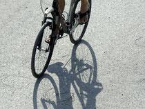 Wer ohne Fahrradhelm fährt und bei einem Unfall verletzt wird, trägt laut Urteil eine Mitschuld. Foto: Tobias Hase