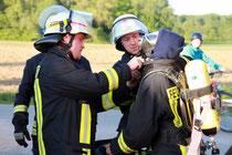 Einsatzleiter Michael Nix (l.) überzeugte sich selbst, dass die Atemschutzausrüstung seiner Einsatzkräfte richtig funktionierte.