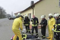 Die Osterburger Freiwillige Feuerwehr verfügt durch ihren Erkundungswagen (CBRN) über spezielle Technik. Bei einer Übung werden Personen auf gefährliche Stoffe getestet. Am Freitagnachmittag wurde Gasgeruch bestimmt. Archivfoto: Ingo Gutsche