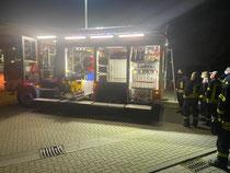 Am Freitagabend rollte das Auto auf den Hof des Werbener Gerätehauses und wurde gleich von den Aktiven in Augenschein genommen. Fotos: Feuerwehr/Nix