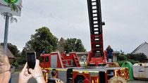 Als die Drehleiter für die Feuerwehren der Verbandsgemeinde Arneburg-Goldbeck in Iden eintraf, begrüßten einige Einwohner die Brandbekämpfer. Die Drehleiter, für die die Verbandsgemeinde rund 100 000 Euro investierte, soll ihren Stammplatz in Iden erhalten. Das Gerätehaus wird dafür erweitert. Foto: Ingo Gutsche