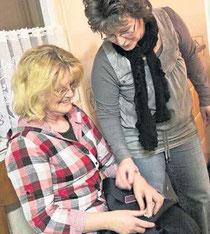 Flink befestigte Ines Rohde den abgerissenen Knopf für das Schulterstück; Sabine Neujahr sah ihr dabei zu. F.: Schmarsow