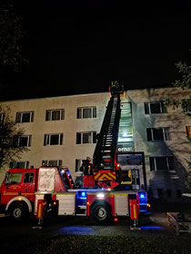 Am Internat in Iden haben Ehrenamtliche den Umgang mit dem Hubrettungsgerät trainiert. Fotos: Verbandsgemeinde