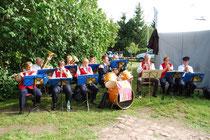 Die Feuerwehrblaskapelle Werben durfte natürlich nicht fehlen. Die Musiker stießen mit ihrem Platzkonzert in Berge auf den begeisterten Zuspruch des Publikums.