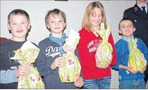 Die vier neu aufgenommenen Mitglieder der Jugendfeuerwehr Werben wurden an dem Abend mit einem Geschenk begrüßt.
