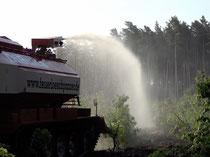 """Der Löschpanzer der Firma """"Dibuka"""" bei einem Einsatz. Er besitzt zwei Tanks mit einem Fassungsvermögen von 11 000 Liter."""