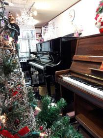 新品ピアノから中古ピアノが展示してます