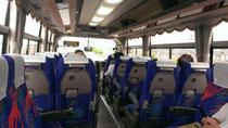 行きのバス車内