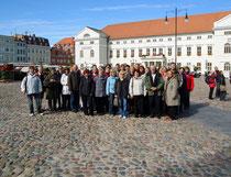 Teilnehmer am Verbandstag auf dem Markt von Wismar