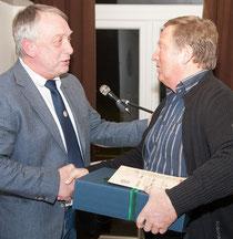 60 Jahre Vereinsmitgliedschaft - Hajo Kowalski gratuliert Heiner Rohde.