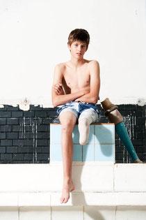 Benni auf dem Startblock im Schwimmbad