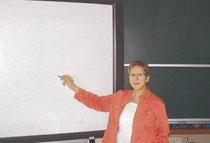 """Wichtig für den modernen Unterricht: Telse Schreiber zeigt ein """"Whiteboard"""", im Hintergrund eine herkömmliche Schultafel. Foto: wis"""