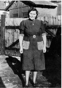 Немка Анна на фоне своего дома. Фото из личного архива.
