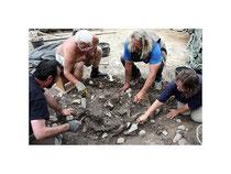 Blick auf die Fundstelle mit den Langknochen. Lothar Jungebluth, Joachim Scheffler, Wolf-Dieter und Bärbel-Regine Steinmetz (von links). Später erfolgt die Bergung im Block.