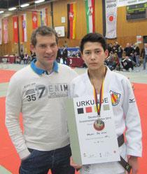 Wayan de Vries mit dem Trainer Rok Košir