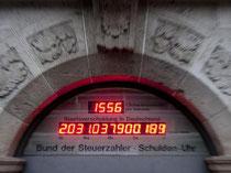 Die Schuldenuhr am Sitz des Bundes der Steuerzahler in Berlin