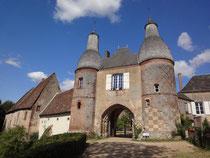 Le châtelet d'entrée ou porche du XIIe siècle et ses deux tours du XVe ou du début du XVIe siècle. © TEMPLE DE PARIS