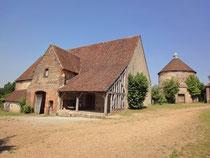La grange aux dîmes. Le châtelet d'entrée ou porche du XIIe siècle et ses deux tours du XVe ou du début du XVIe siècle. © TEMPLE DE PARIS