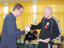 Chris Möbes (l.) erhält seinen DFB Schiedsrichterausweis vom 1. Lehrwart Rüdiger Rieck (r.)