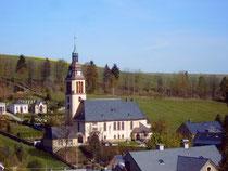 Blick auf die Kirche mit Friedhof in Cranzahl