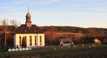 Blick auf die Kirche und dem Friedhof in Schwarzbach