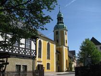 Blick seitlich auf die Kirche in Wolkenstein
