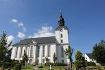 Blick auf die Kirche und Friedhof in Mildenau