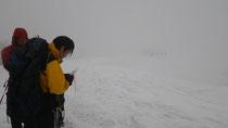 霧のかかった状態でも、様々な情報を環境から読み取ることができる。読図者の左前方には尾根があることがスカイラインとそこを歩く人から読み取ることができる