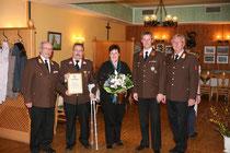 v.l.n.r: BR Josef Hack, HBI Kurt Klausberger mit Frau, der neue Kommandant HBI Thomas Schwingshackl und OBR Max Presenhuber