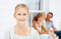 Kinderzähne sind besonders anfällig. Regelmäßige Prophylaxe schützt sie.